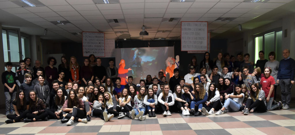 Fotografia di gruppo con tutti i ragazzi di terza media della Scuola Cerioli di Orzinuovi e le studentesse dell'Hdemia SantaGiulia