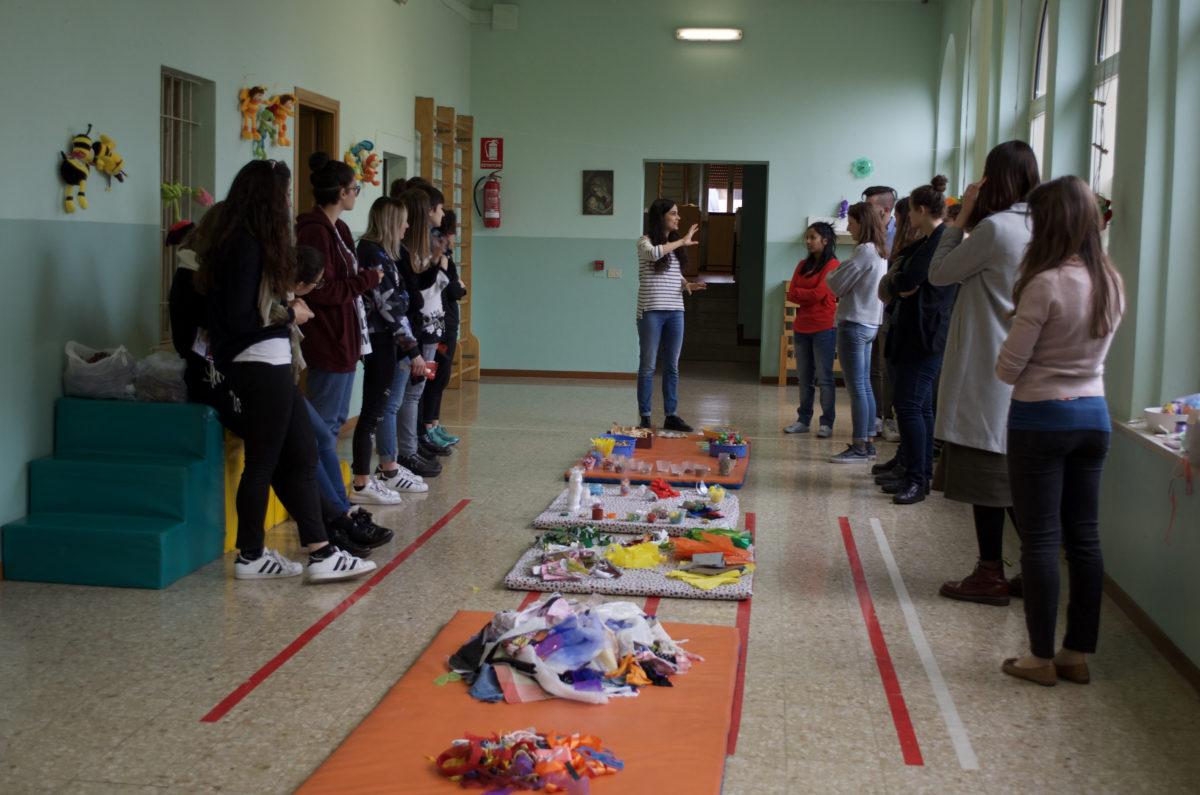 Anna Ramera, con gli studenti di Pedagogia e Didattica dell'Arte II del Prof. Vigo, coordina il gruppo di lavoro