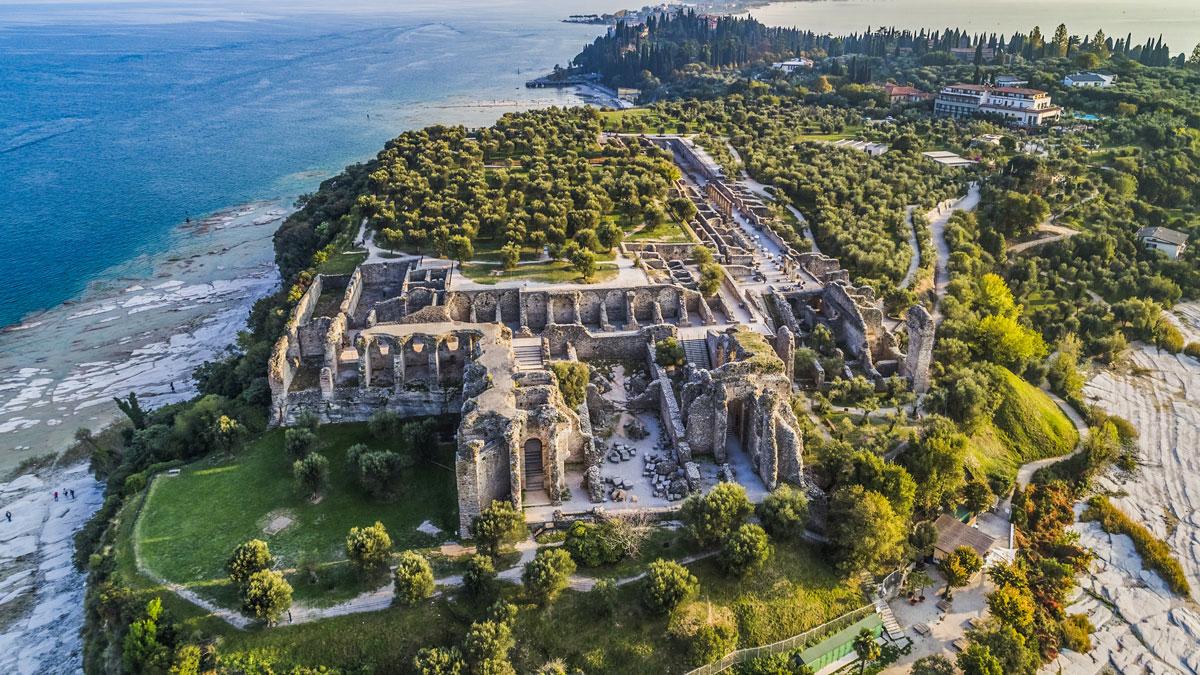 Vista dall'alto della Grotte di Catullo, Sirmione (Brescia)